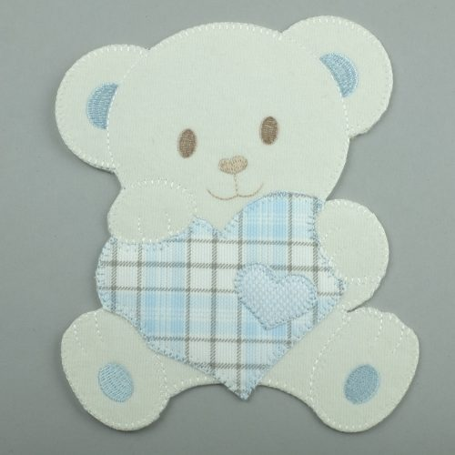 Beige strijkapplicatie van een beer met een lichtblauw geruit hartje - seegers fournituren