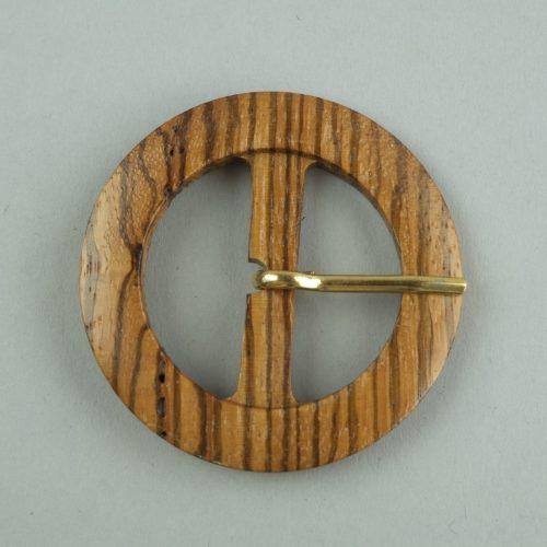 Houten gesp van 63 millimeter. De gesp heeft een gouden pin. Deze gesp is geschikt voor riemband van 40 millimeter breed.